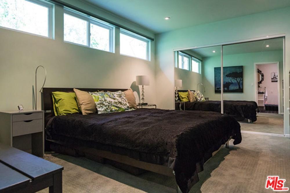 Miley-Cyrus-Malibu-CA-Real-Estate-Bedroom