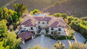Thumbnail for Drake Stays At $14,000 Per Night Beverly Hills Mansion