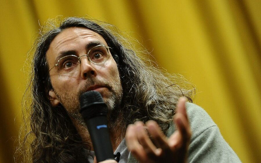 Tom Shadyac Made 50 Million Directing Blockbusters Like Ace Ventura Then Gave It All Away And Moved Into A Trailer Park Celebrity Net Worth
