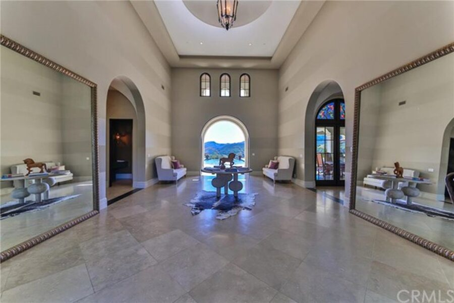 Britney-Spears-Home-For-Sale-In-Thousand-Oaks-CA-foyer