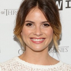 Shelley Hennig Net Worth