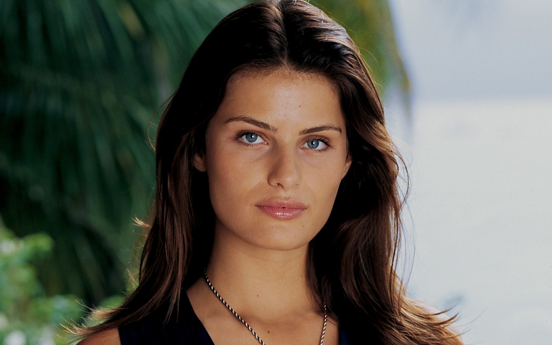 Isabeli Fontana - 2020 Dark brown hair & alternative hair style.