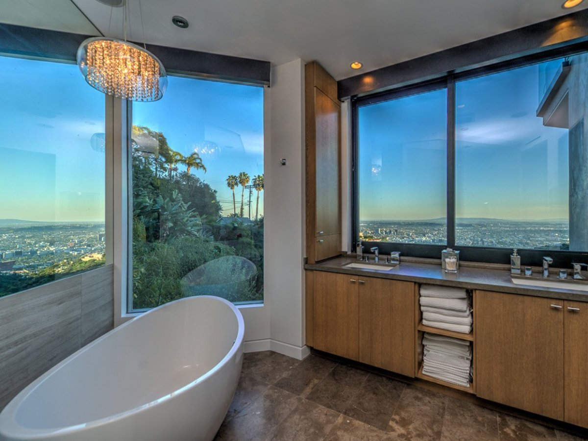 even-the-bathroom-sink-boasts-panoramic-views