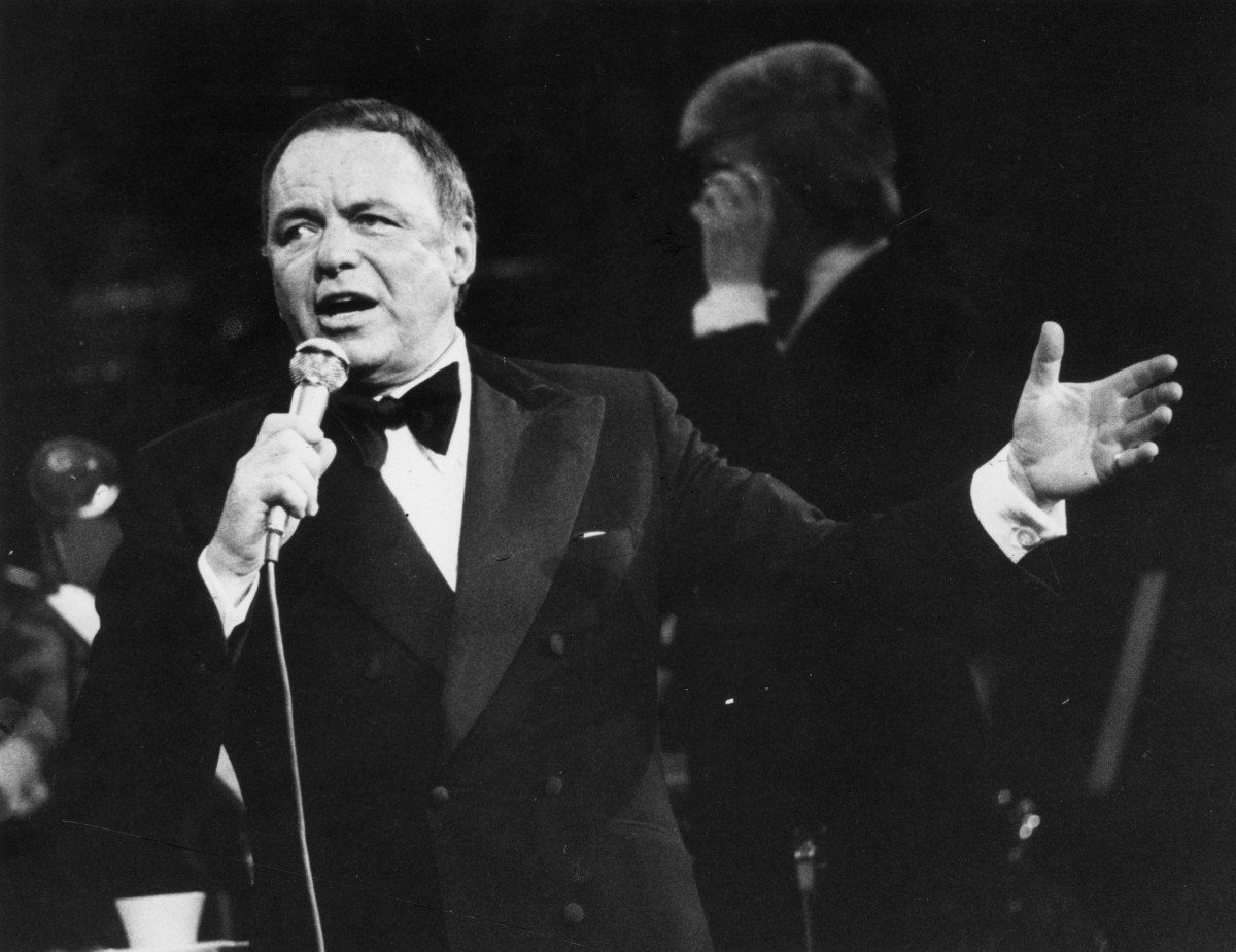 1975: American singer and actor Frank Sinatra (1915 - 1998) in concert at the Royal Albert Hall, London. (Photo by Joe Bangay/Evening Standard/Getty Images)