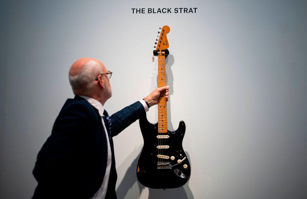 Фронтмен Pink Floyd продал свою коллекцию гитар